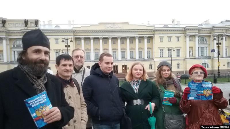 """Акция в Петербурге """"Прогулка с Конституцией"""""""