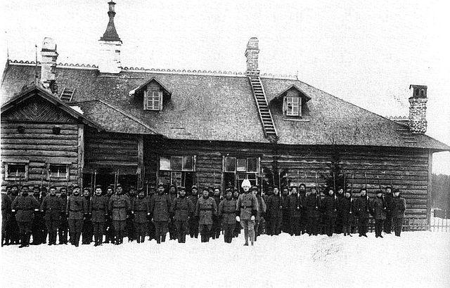 Северо-Ингерманландский полк в Кирьясало. Впереди командир полка Юрьё Эльфенгрен. 1920 г.