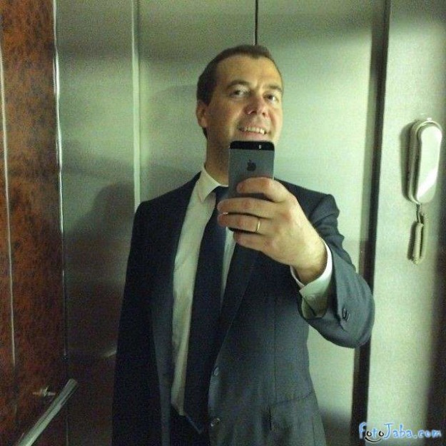 Медведев в лифте.jpg
