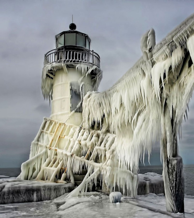 Замороженный маяк на озере Мичиган1