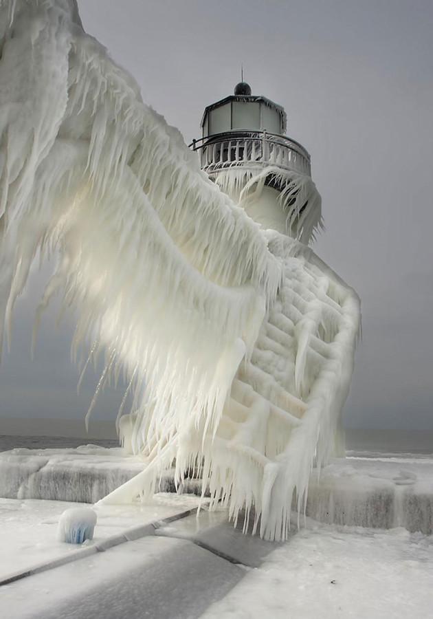 Замороженный маяк на озере Мичиган2