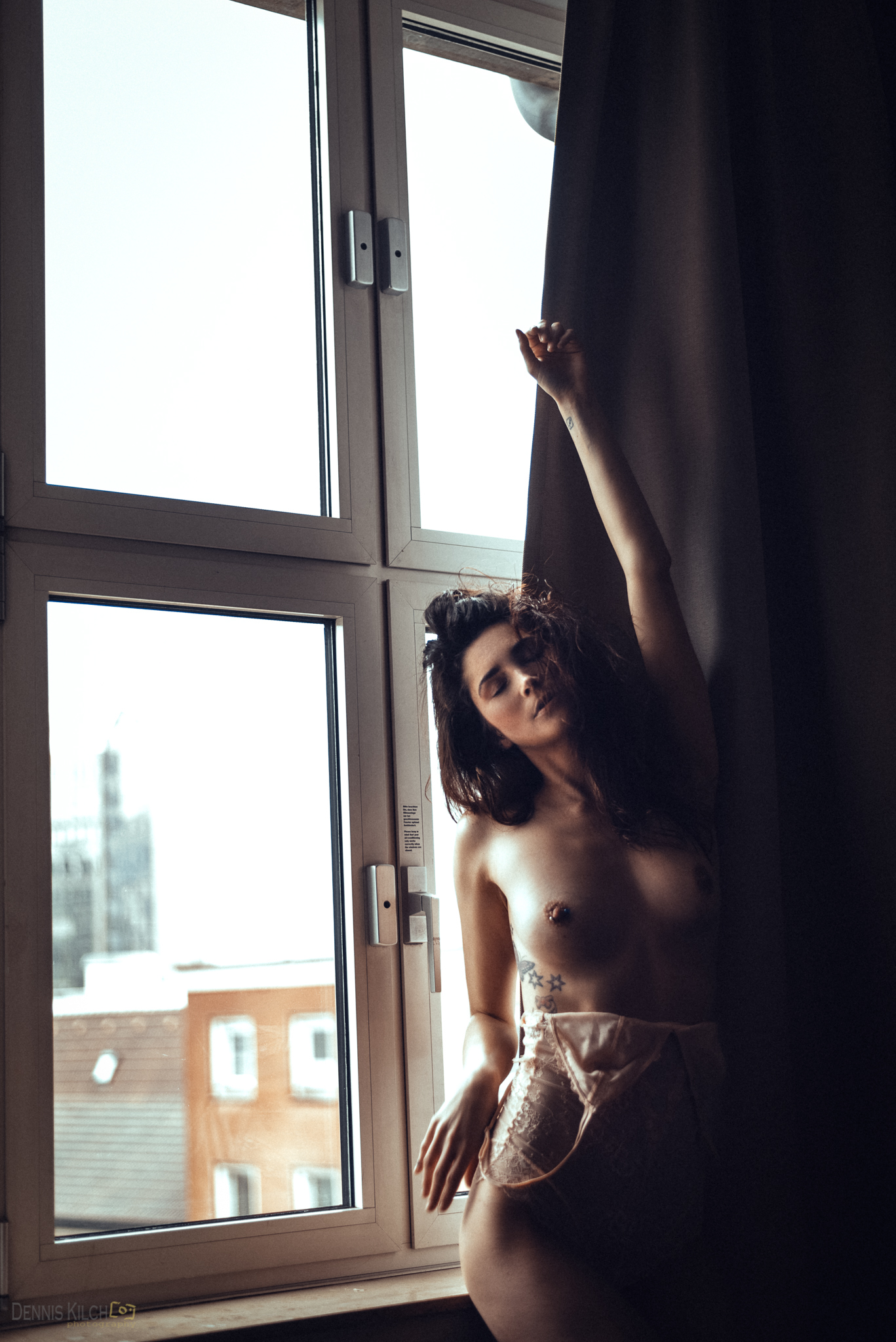 Pillow Fight with Caro | фотограф denniskilchphotography +