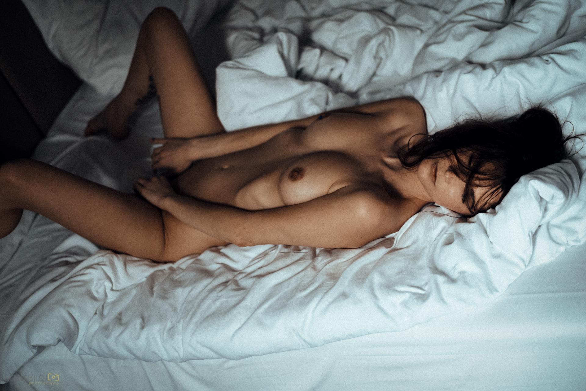 Pillow Fight with Caro   фотограф denniskilchphotography +