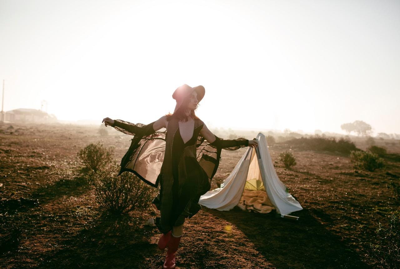 Путешественница для Vogue Poland/ фото Sonia Szóstak