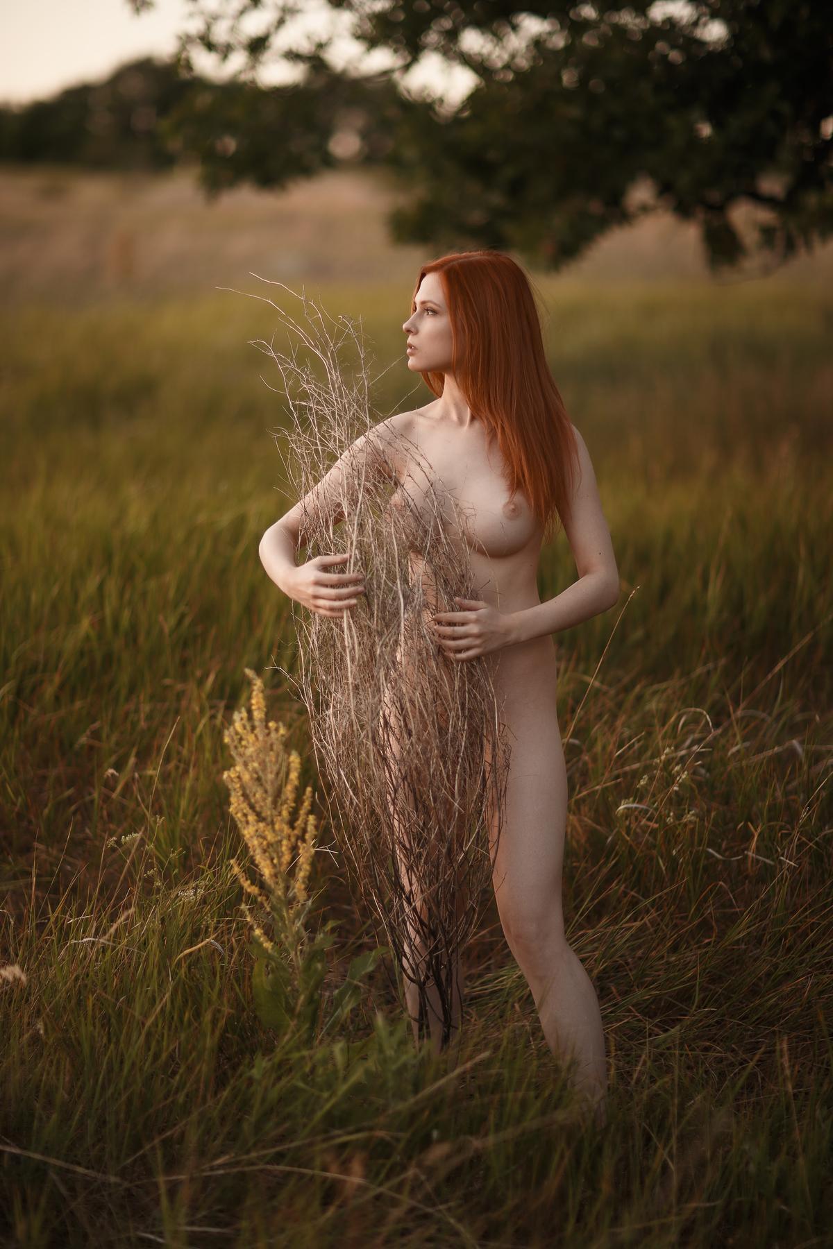 В поле без одежды / фотограф Сергей Сорокин
