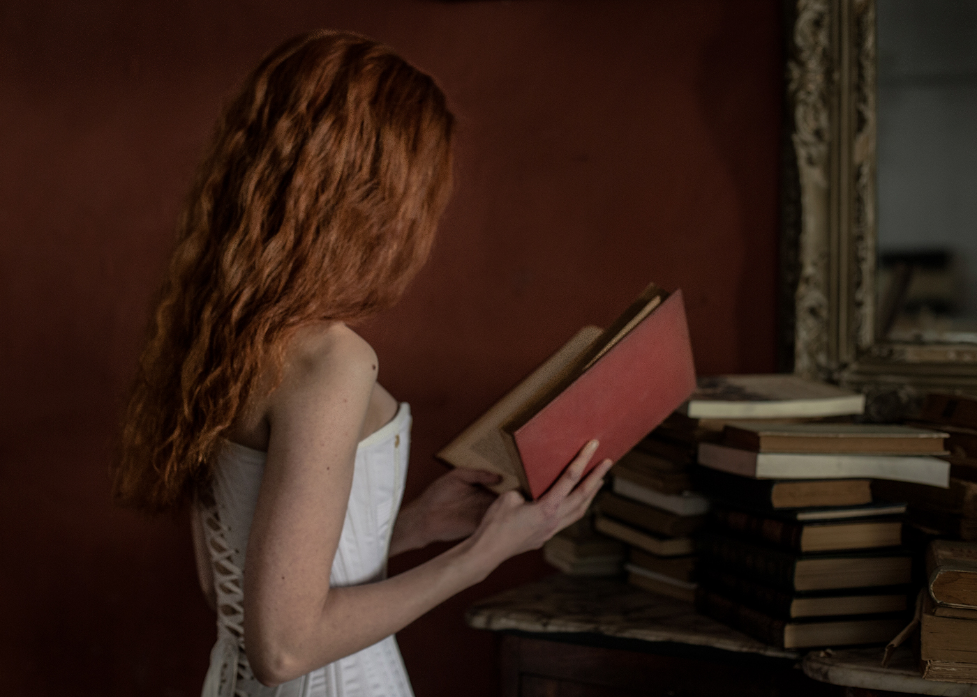 Books and a red hair girl / фото Jorge O. Gonzalez