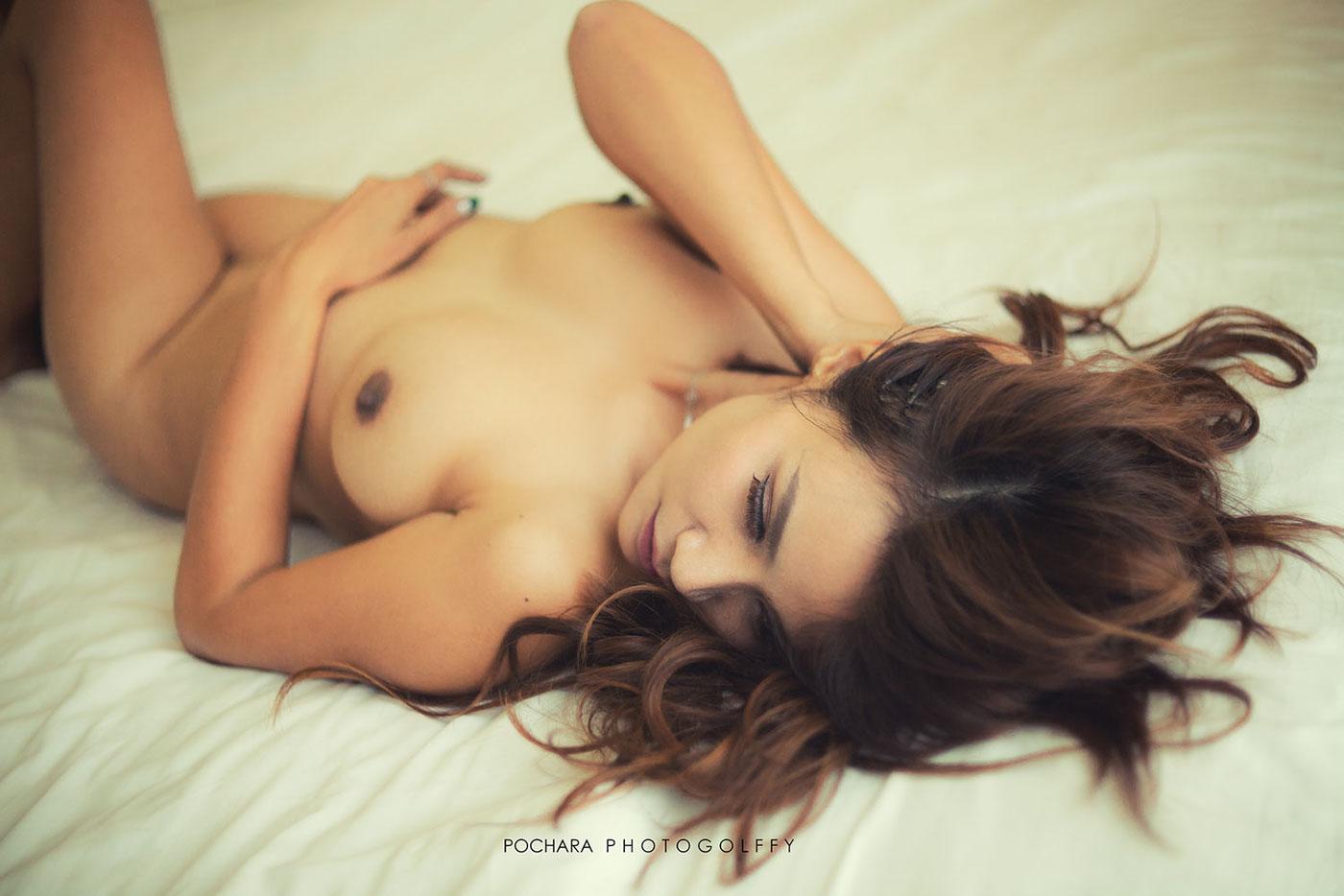 Голая женщина при естественном свете / фотограф Pochara Photogolffy