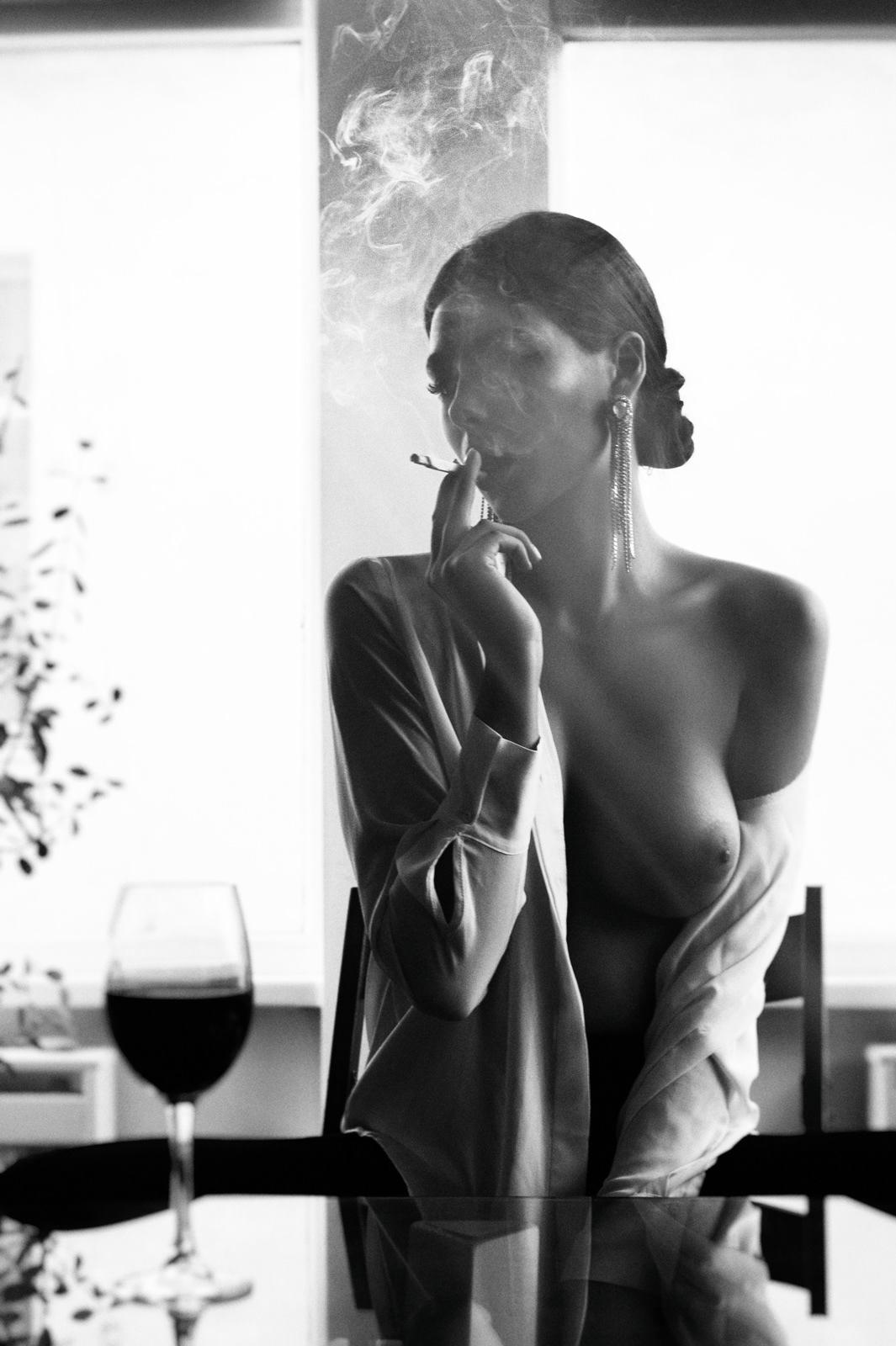 Карина пьет вино / фотограф Владислав Спивак