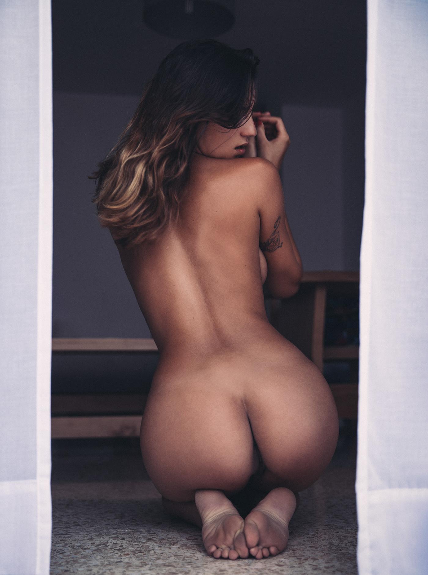 Lara in the window / фотограф Thomas Agatz