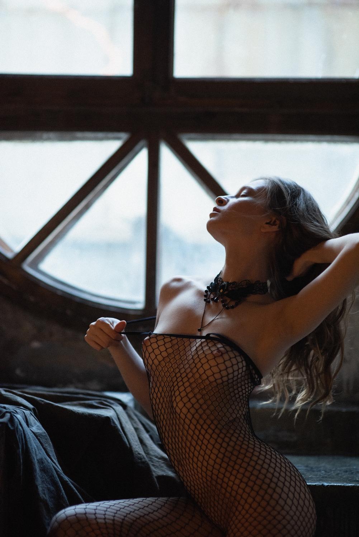 В колготках и окне / фотограф Satin Popalam