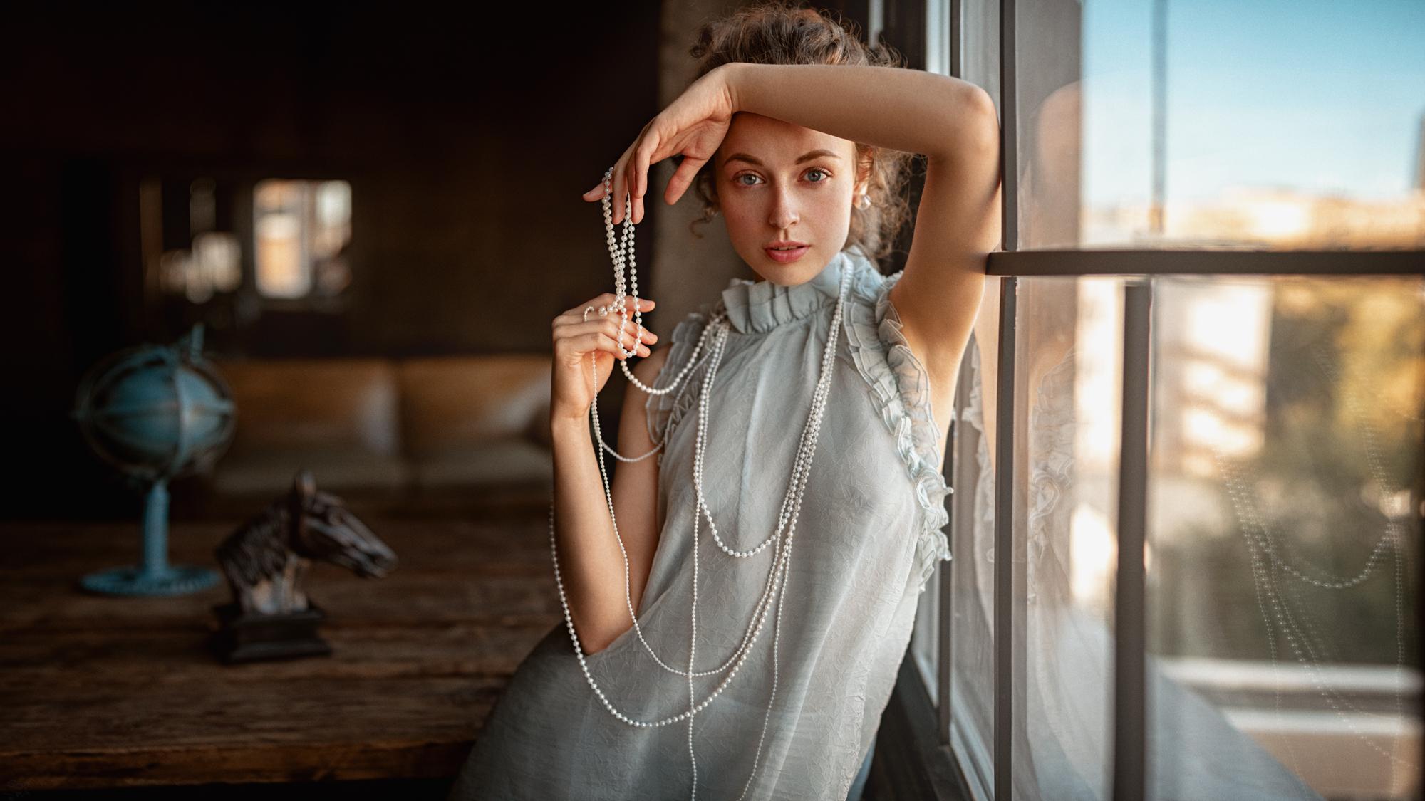 Настя Полухина в шляпе и бусиках / Фотограф Георгий Чернядьев