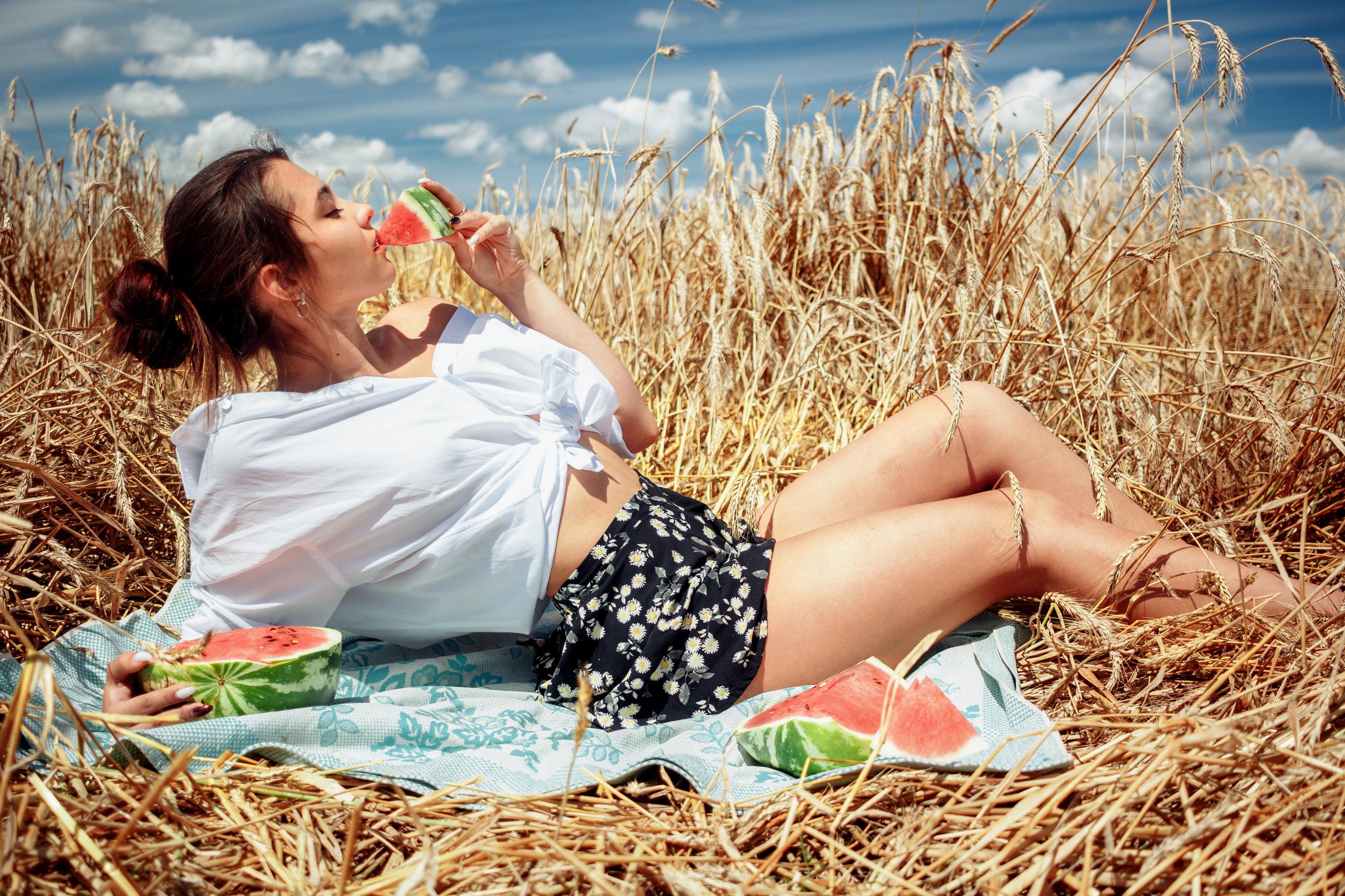 Алеся ест арбуз в поле / фотограф Раков Виктор
