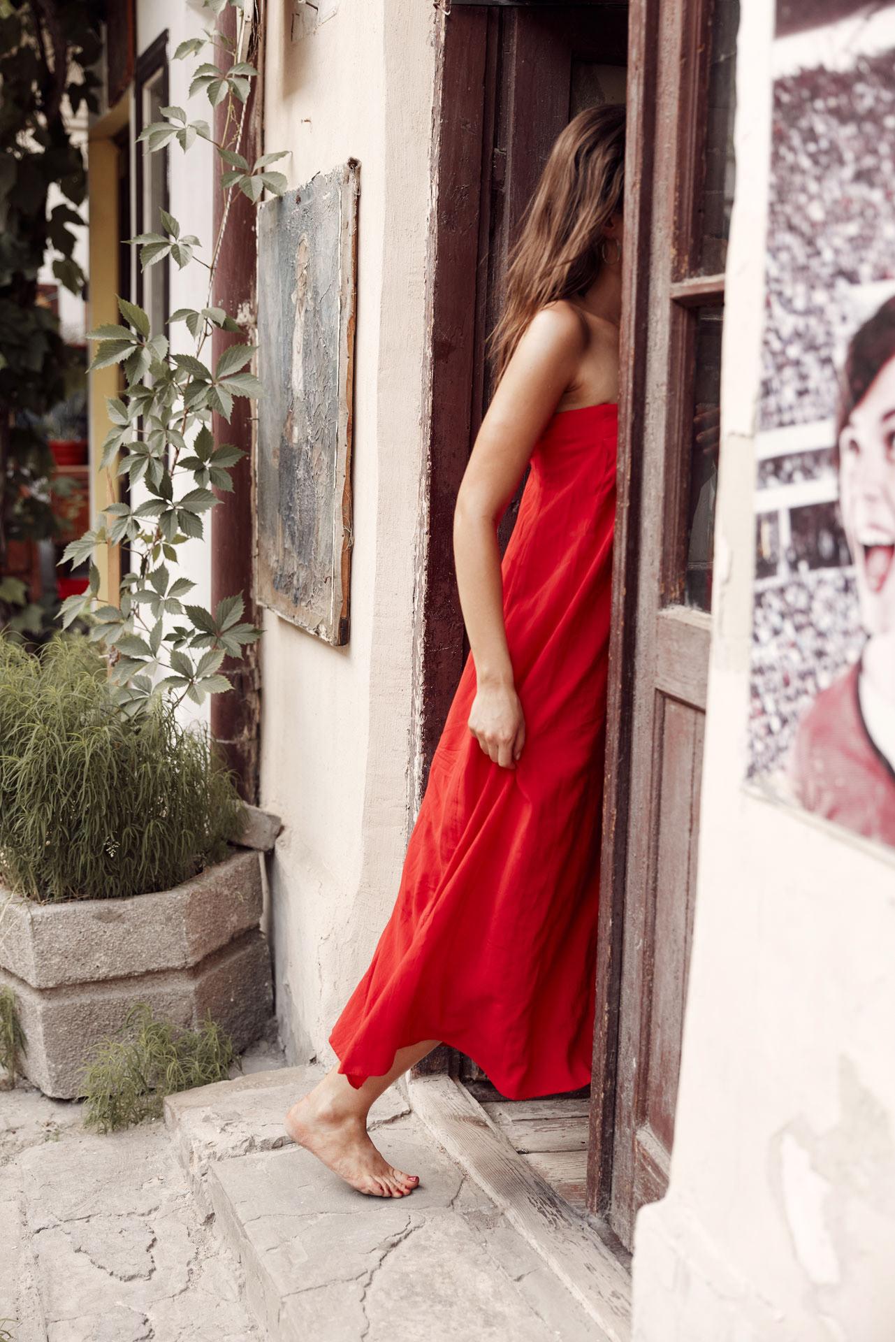Девушка в красном платье