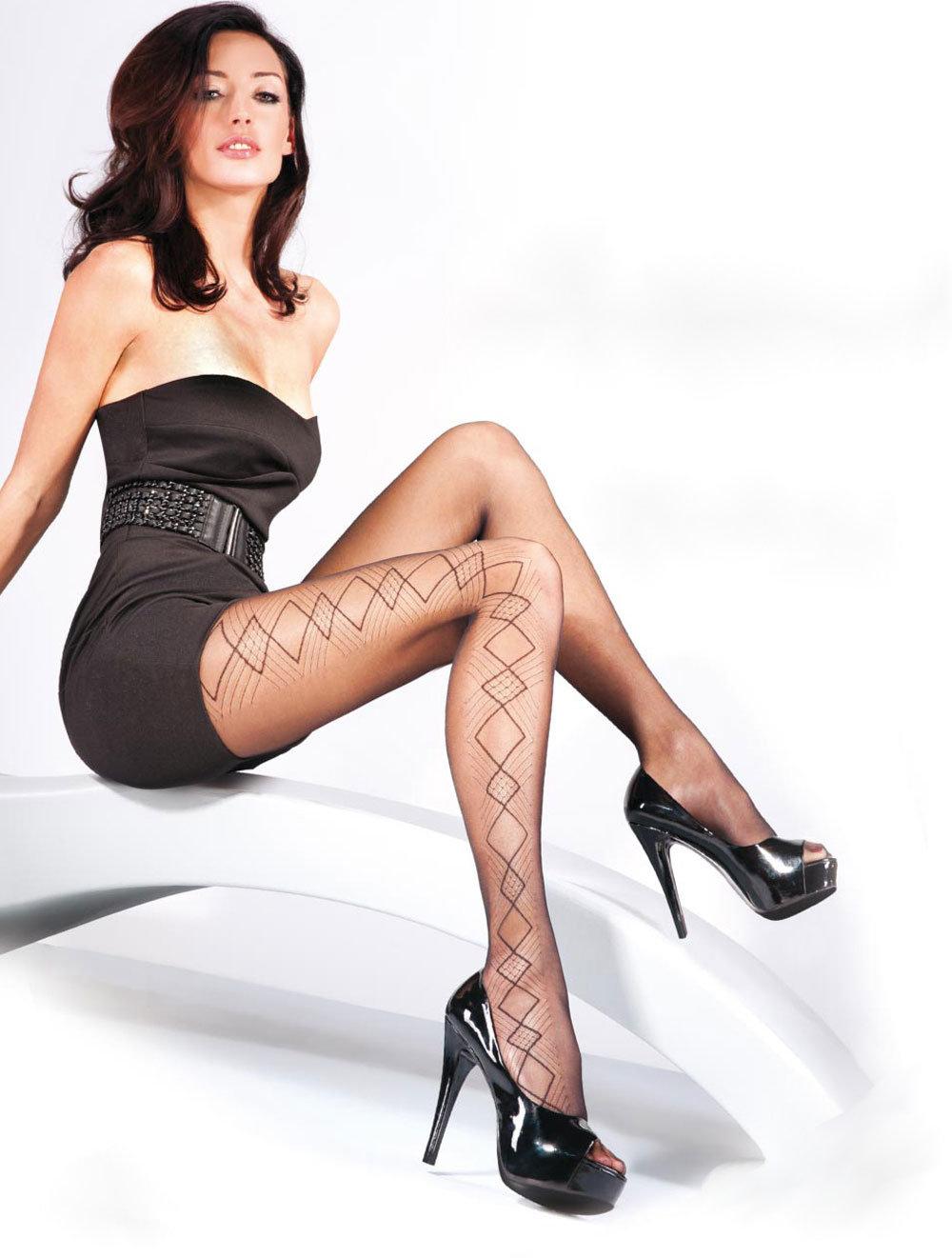 Ноги в коротком потягиваящем платье фото