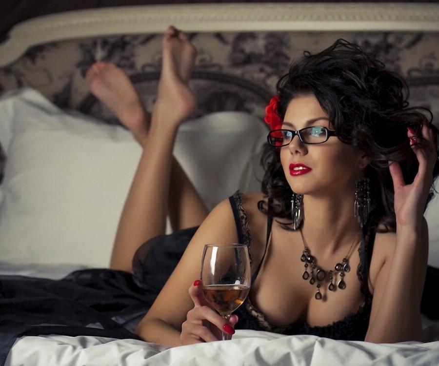 Девушка постель выпивка