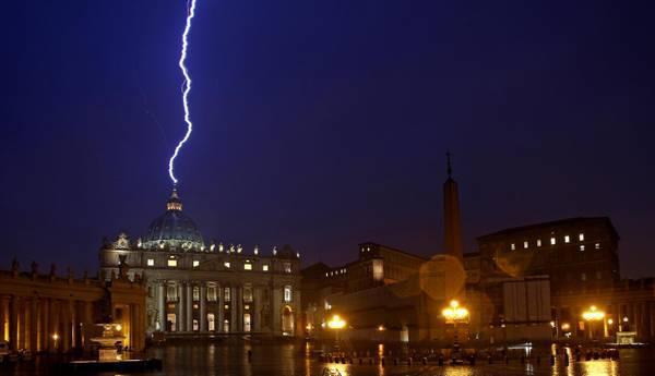 В день отречения папы Бенедикта XVI в Собор св.Петра и Павла ударила молния
