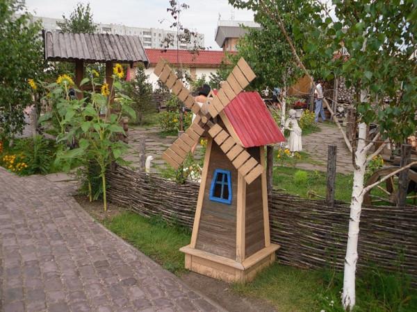 Декоративная мельница на дачном участке своими руками