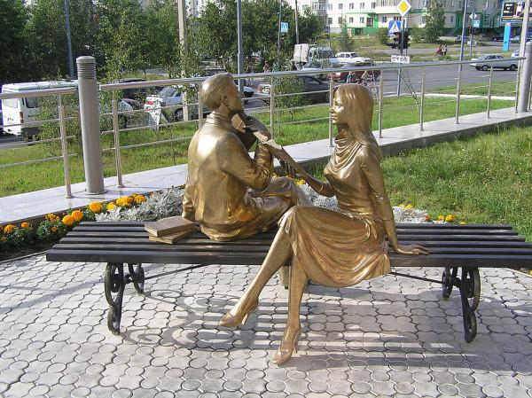 Памятник читающим. Ноябрьск