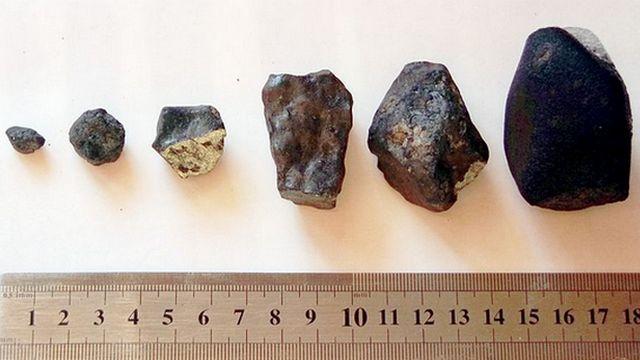102279_1_Chelyabinsk_meteor_parts_with_ruler-1_big