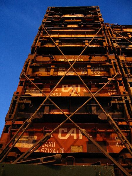 450px-Stack_of_lashed_containers