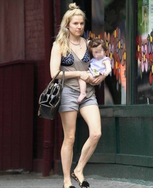 Привлекательная мама на прогулке с малышом