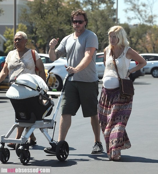 tori-spelling-and-dean-mcdermott2012-08-06_05-59-33lunch-with-little-hattie1