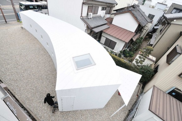 Curved-Little-House-Top-Viewed-Architecture-Design-580x385