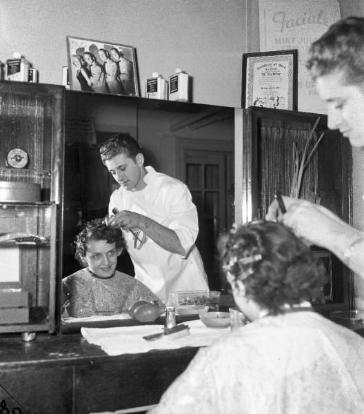 photo-chicago-abbeys-beauty-shop-woman-having-hair-done-1950