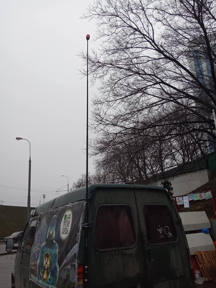 Активисты восстановили свой пункт наблюдения за радиоактивностью, прикрепив датчики на удочку.