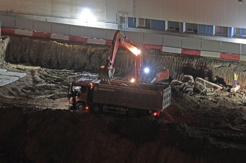 Работы ведутся ночью и очень шумно. Фото Галина Розвадовская.