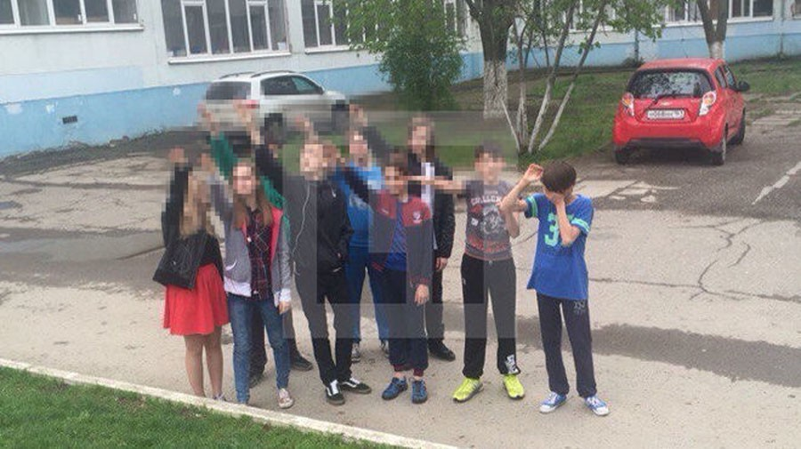 Школьники дурачатся перед камерой фото 166-979