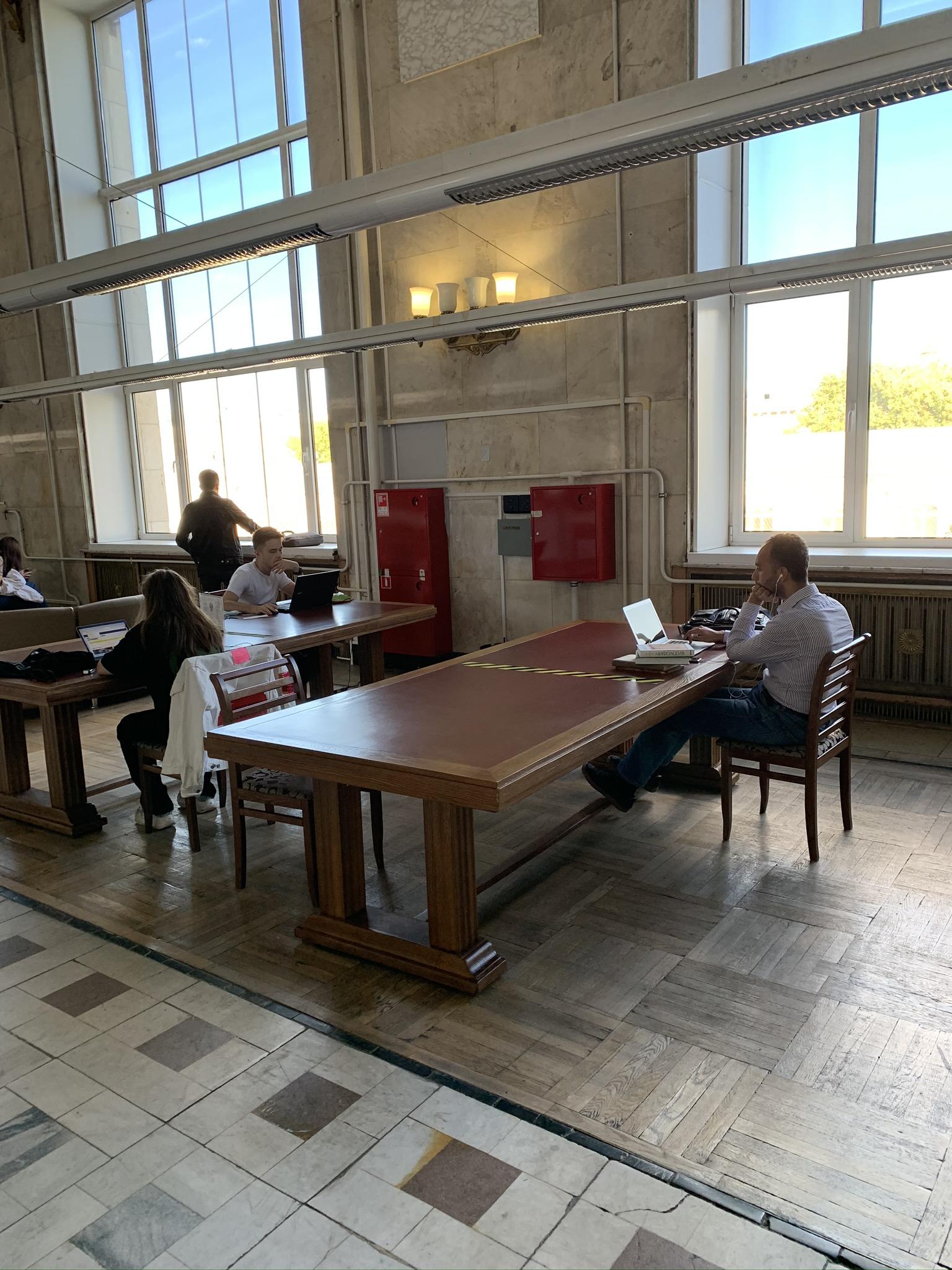 Большой холл со столами. Сюда приходят со своими ноутами. Обычно без книг- просто удобное место посидеть-поработать, например, если дома тесно, или нужен интернет хороший, или ещё что-то.