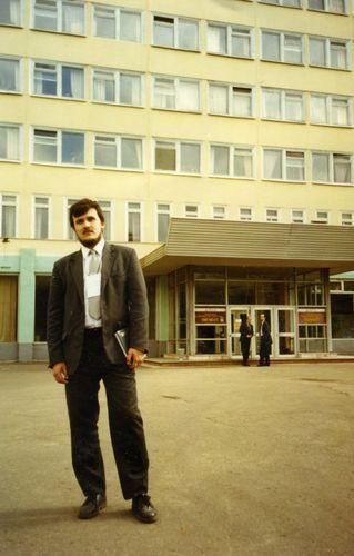 Молодой консультант Игорь Пономарев перед заводоуправление ОАО Пигмент - Крата в городе Тамбов (1997)