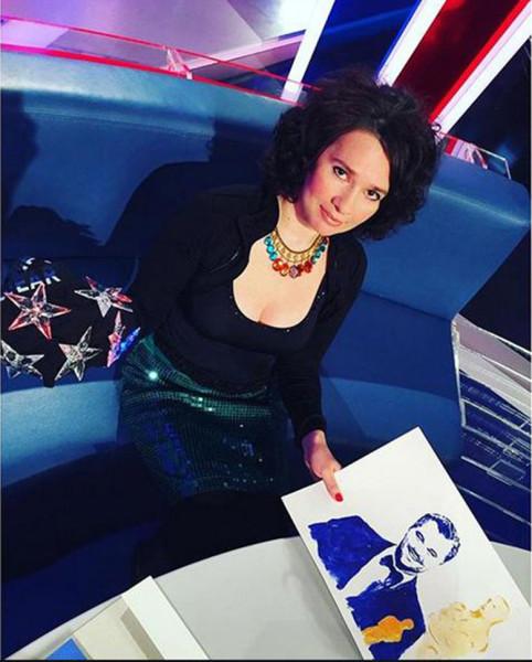 Ирина Романовская нарисовала грудью портрет Ди Каприо . Видео