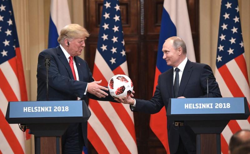 Путин и Трамп с мячом