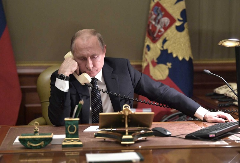 Путин слушает Зеленского