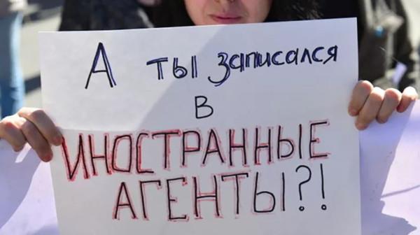Запишут ли в агенты Собчак, Канделаки и блогеров-губернаторов?