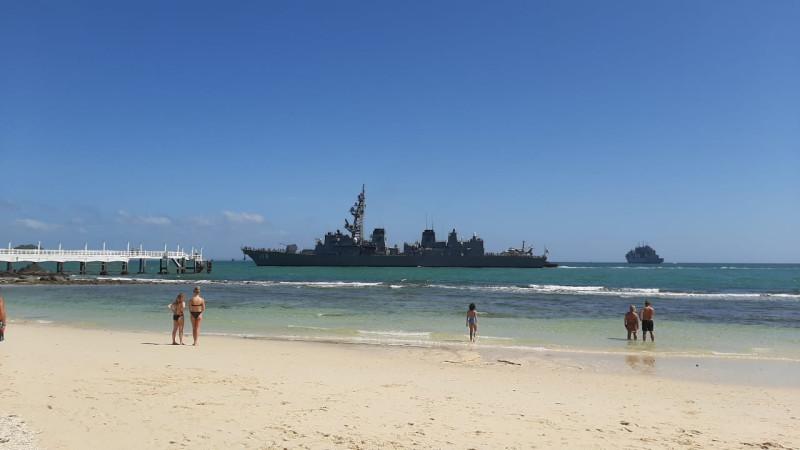 Корабль у пляжа