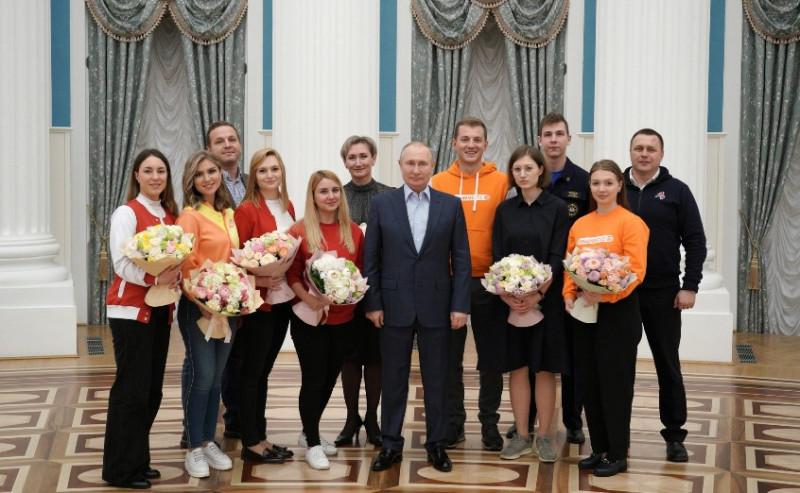 Путин и волонтеры