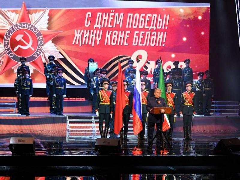 Минниханов вручает награды