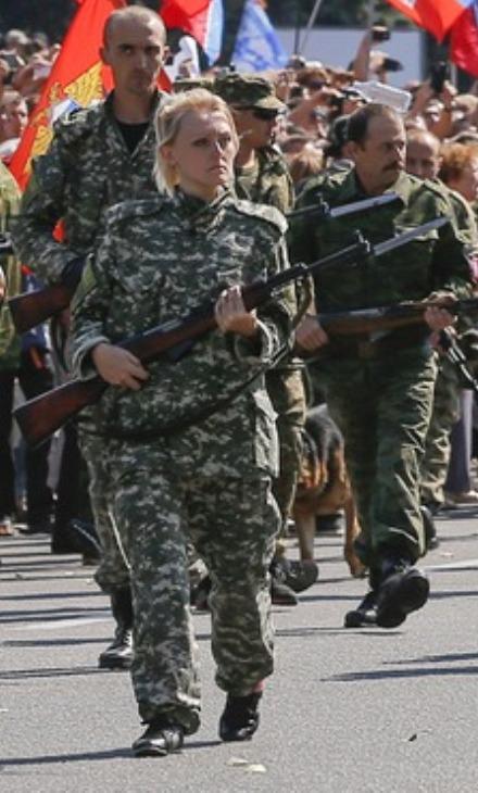 Defile-militaire-des-rebelles-pro-russes
