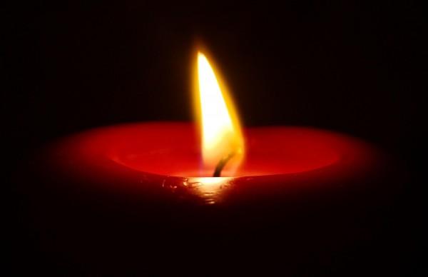 свеча в темноте...
