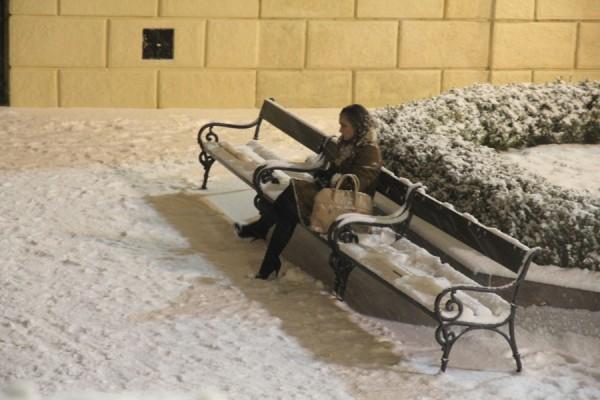 Женщига на скамейке зимой