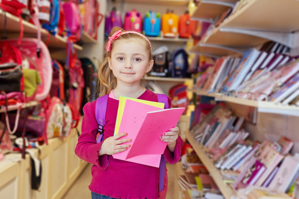 Девочка в книжном