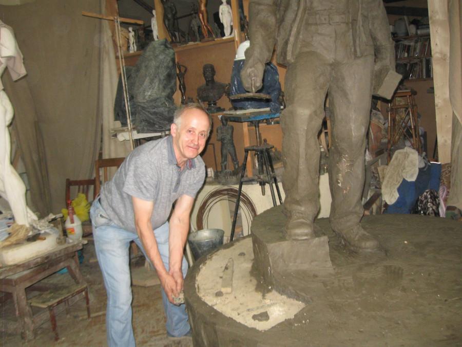 Памятник строителю 011