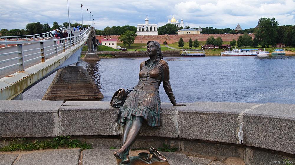 Скульптура «Уставшая туристка»