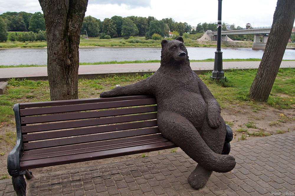 Медведь на скамейке