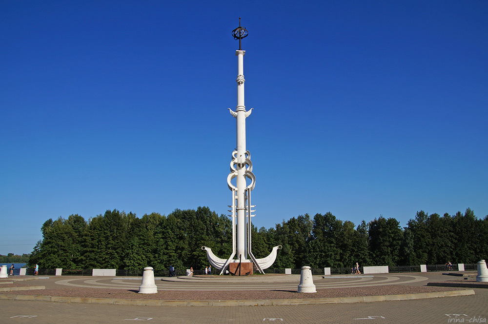 Ростральная колонна в честь 300-летия Российского военно-морского флота