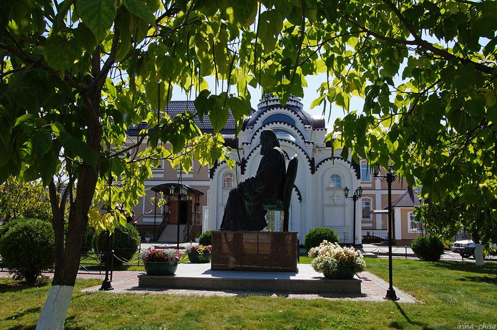 Памятник Иоанну Кронштадтскому и Часовня Блаженной Ксении Петербуржской