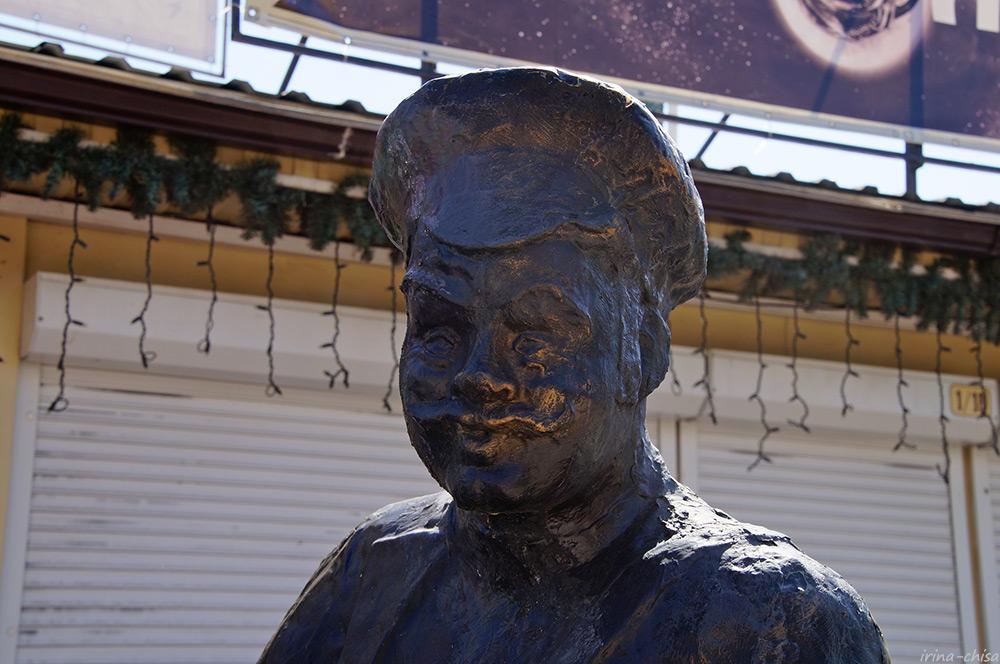 Памятник продавцу и покупателю